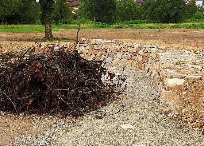 Mauer- Holzhaufen